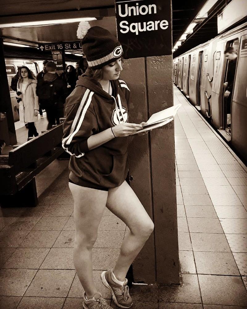 Французские гопницы уже тоже не те без штанов, в труселях, дома забыли, прикол