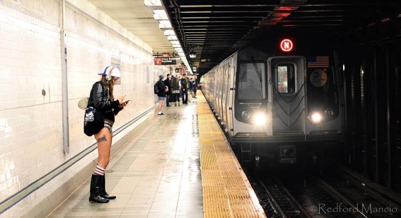 Просто девушка в метро в трусиках, листай дальше без штанов, в труселях, дома забыли, прикол