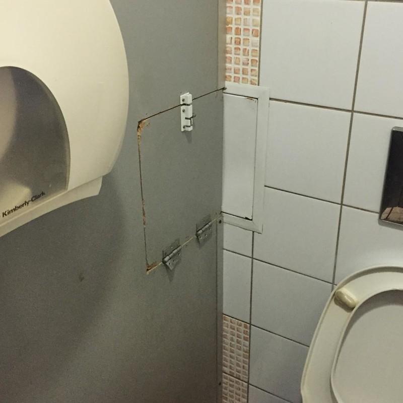 Самое важное в общественном туалете взаимопомощь, выручка, оказал помощь, помощь, прикол, юмор