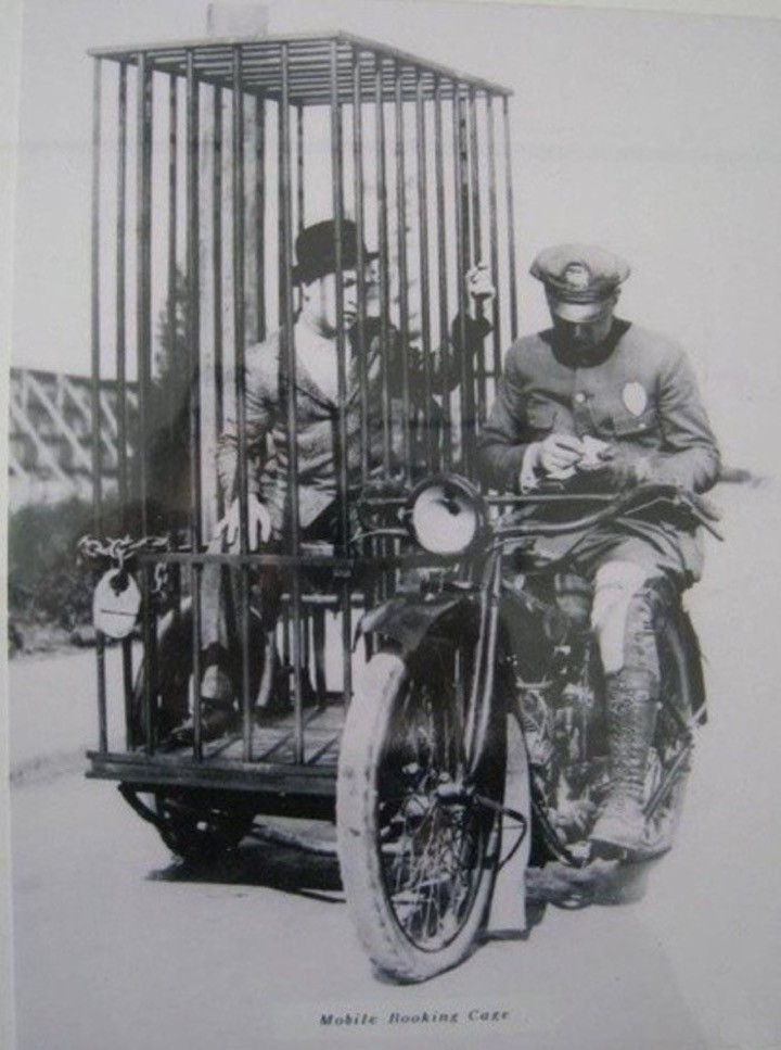 Полицейский с арестантом на Harley-Davidson, 1921
