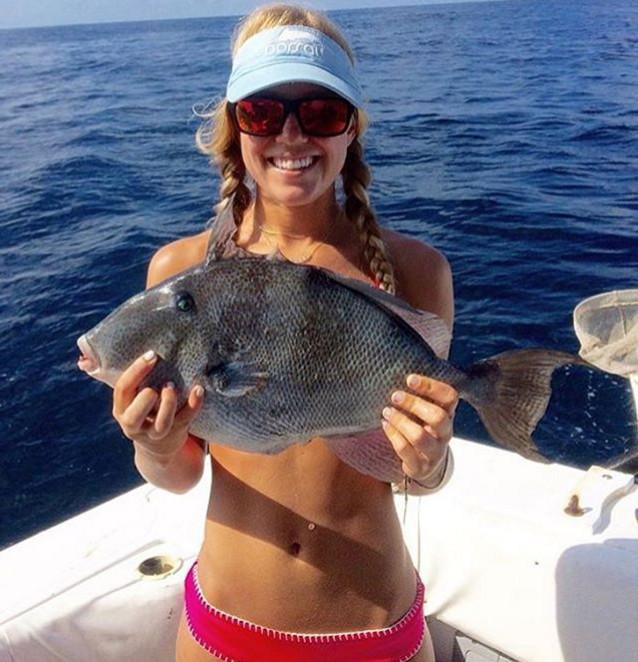 Зачем купальник, если можно прикрыться пойманной рыбкой купальник, рыба, рыбалка
