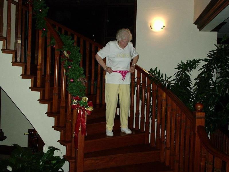 Похоже, у этой бабули грандиозные планы на вечер. прикол, старики, старики отжигают, юмор
