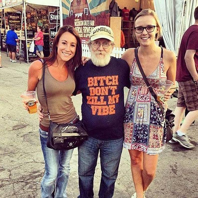 Борода, крутая футболка, пара девчонок… да этот дед отрывается круче меня в молодые годы. прикол, старики, старики отжигают, юмор