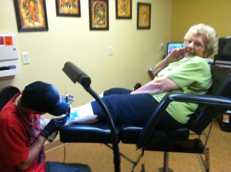 Если вы переживаете, что татуировки к старости поблекнут и растянутся, то делайте их уже на пенсии. прикол, старики, старики отжигают, юмор