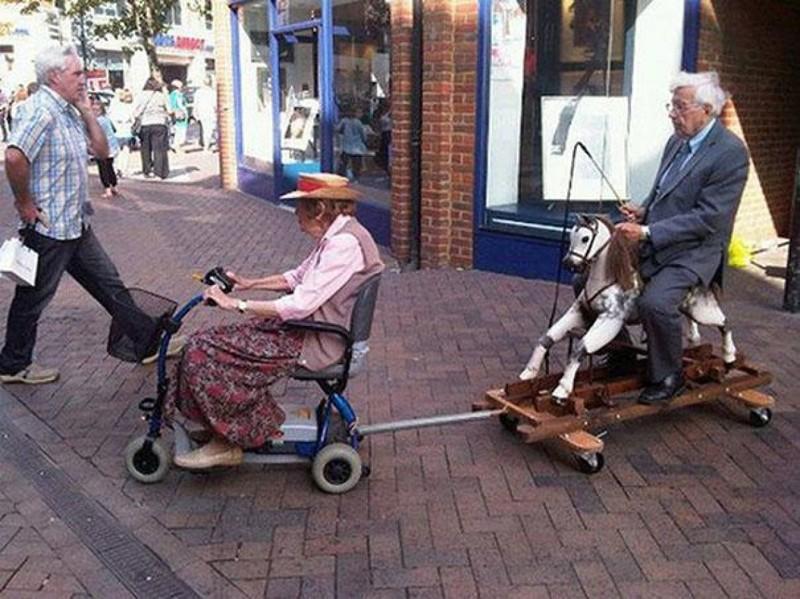 Возраст, когда женщина за рулём тебя уже не напрягает. прикол, старики, старики отжигают, юмор