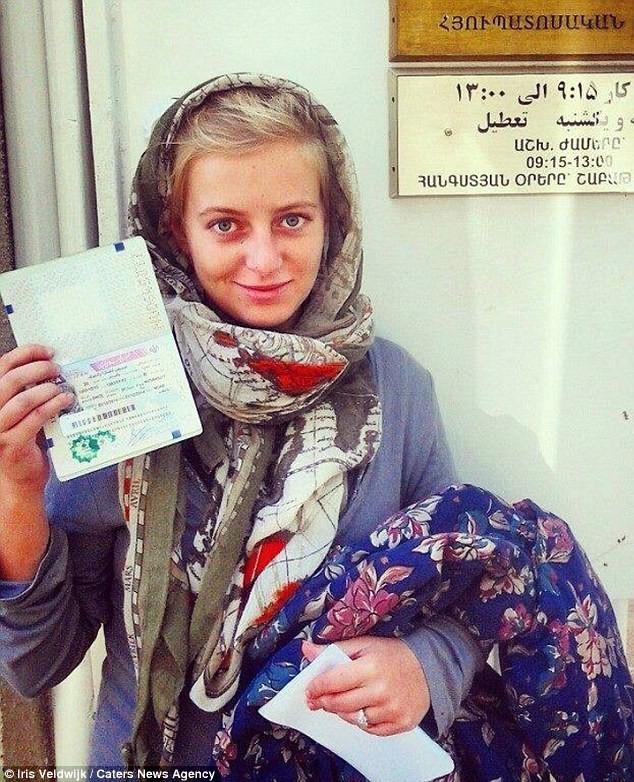 Девушка показывает свою визу в Иран. Она говорит, что по этой стране было легче всего путешествовать, здесь самые дружелюбные люди. автостопом, девушка, путешествие
