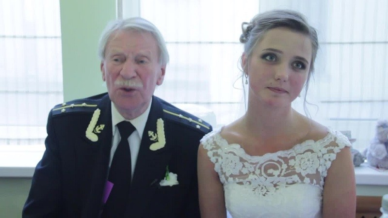 В прошлом году Иван Краско (1930 года рождения) женился на своей 24-летней студентке брак, неравный брак, поженились, супруги