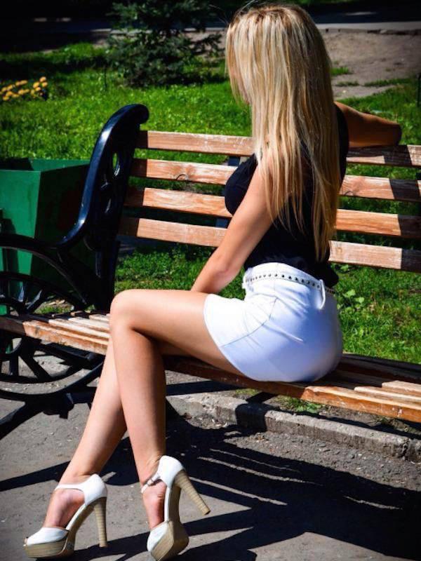 также самые девки в коротких юбках всем нас