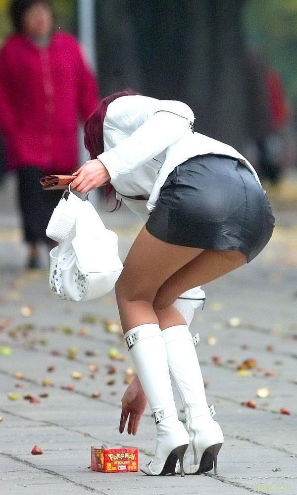 зарри известная девушки в короткой юбке нагнулась видео
