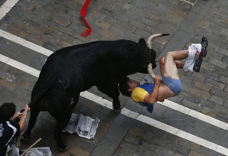 Во время энсьерро, ежегодного забега от быков на фестивале Сан-Фермин, постоянно случаются несчастья. Вот и в этот раз. Удивительно, правда? Июль 2013, Памплоне, Испания. животные, люди