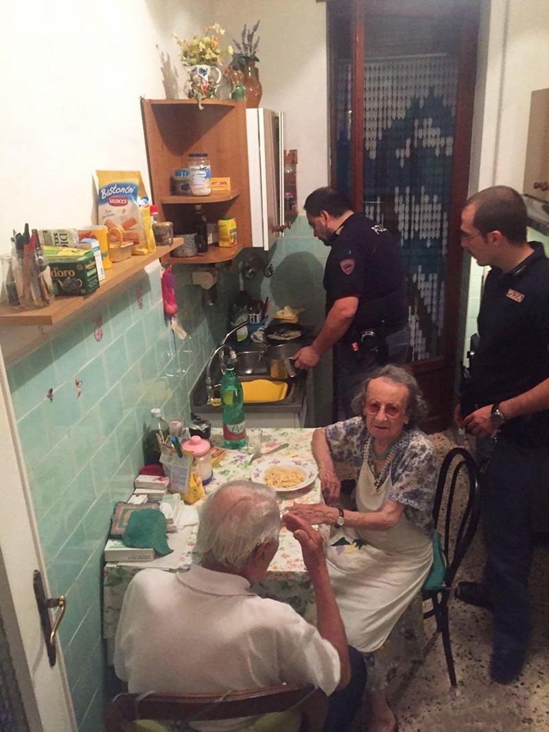 Старики плакали так громко, что приехала полиция. И приготовила им ужин полиция, старики, ужин