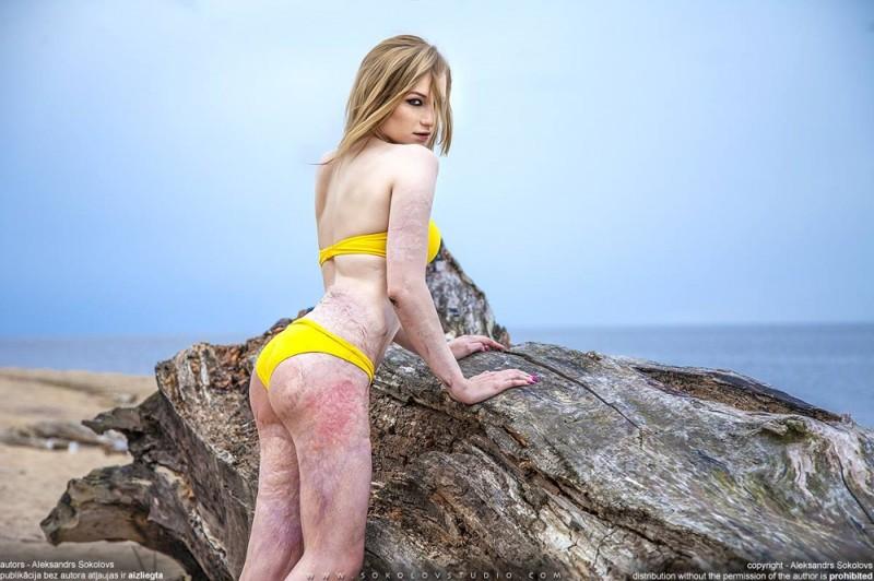 Девушка в желтом купальнике раздевается видео, ищу порно фильм