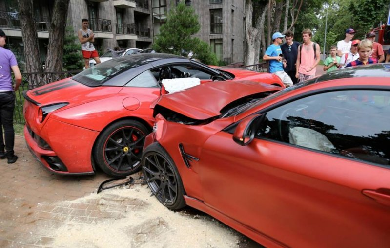 В Литве BMW M4 протаранила Ferrari California  bmw, california, ferrari, авария, дтп, суперкар