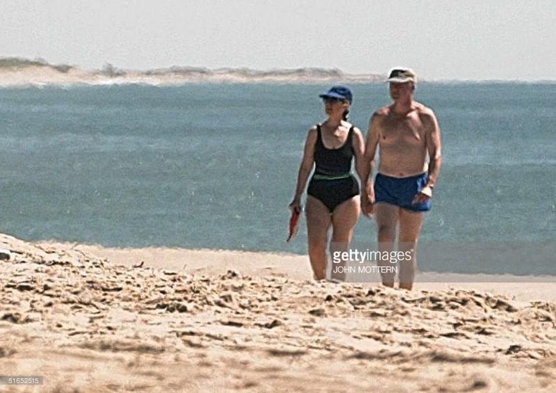 На фотографии Билл Клинтон с супругой vip персоны, папарацци, пляж, снимки знаменитостей