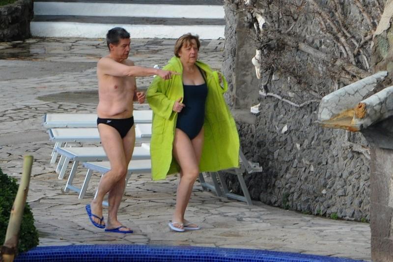 Ангела Меркель направляется понятно куда vip персоны, папарацци, пляж, снимки знаменитостей