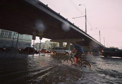 Да и некоторым людям такая погода только в радость апокалипсис, дождь, ливень, москва, столица