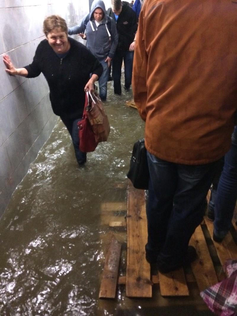 Савеловский вокзал. Даже такая непогода не смогла многим испортить настроение апокалипсис, дождь, ливень, москва, столица