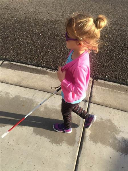 Готовясь к потере зрения, Кайли уже начала изучать язык Брайля и практиковаться в ходьбе с тростью. дети, жизнь, слепота
