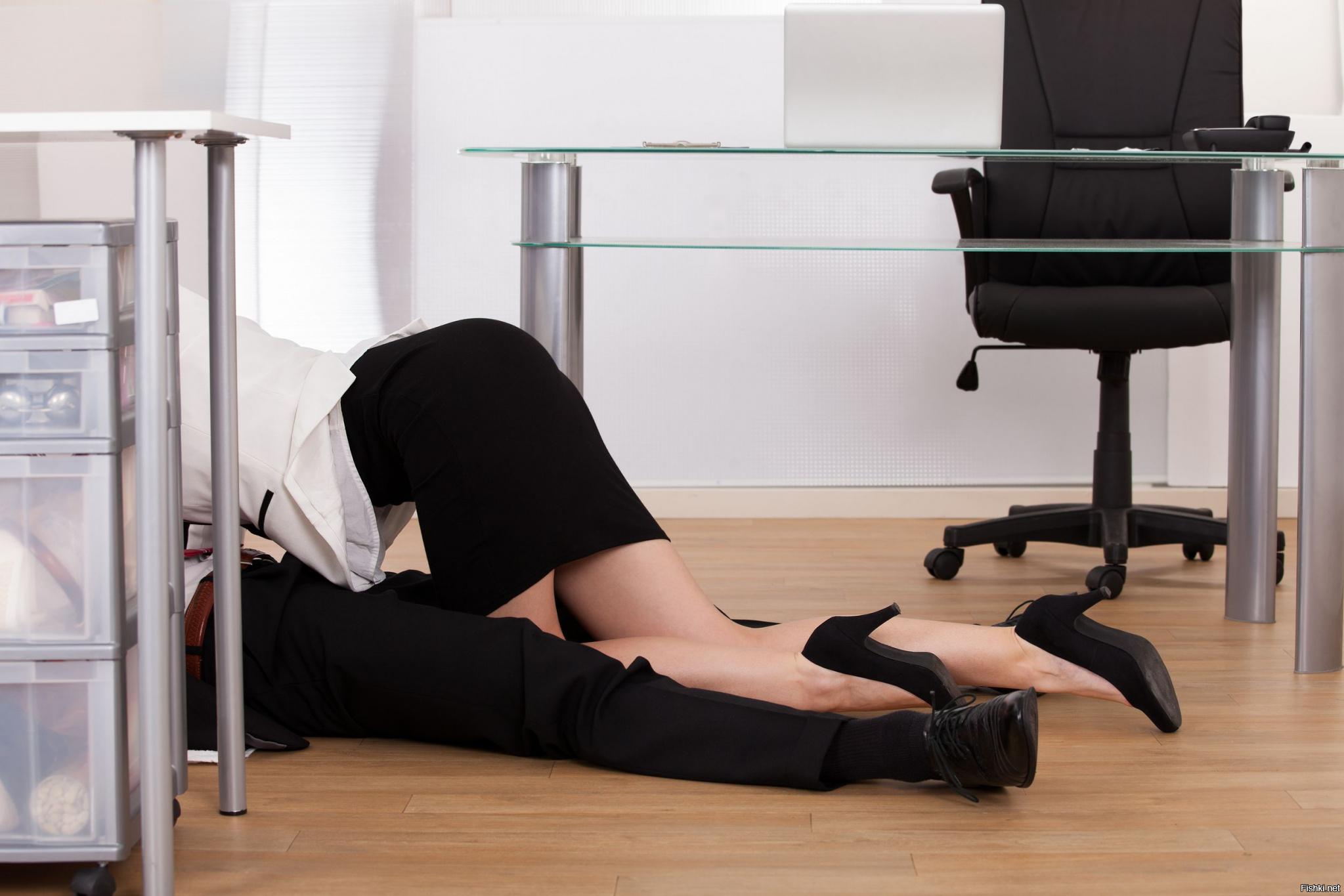 Босс трахает свою секретаршу в чулках