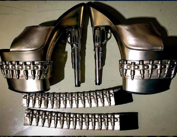 Тоже не лучшая идея брать с собой на борт такие туфельки... Поскольку их проверка занимает очень много времени аэропорт, багаж, вещи, досмотр, ручная кладь, самолет