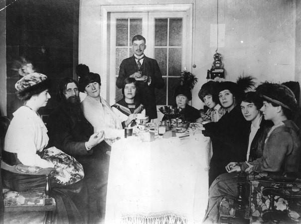 Григорий Распутин в кругу своих поклонниц, 1907 год. было, история, фото