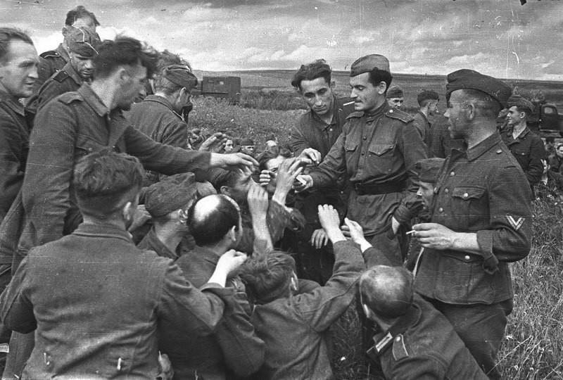 Советский солдат делится сигаретами с немецкими военнопленными. Вторая мировая, 1943 год. было, история, фото