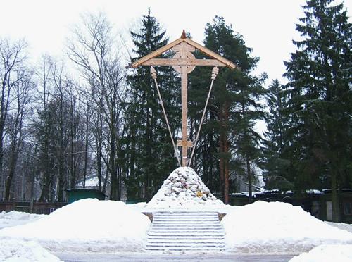 Поклонный крест привезенный водным путем из Соловков и установленный в 2007 году на Бутовском полигоне возле Церкви Новомучеников и Исповедников Российских Бутовский расстрельный полигон, история, москва