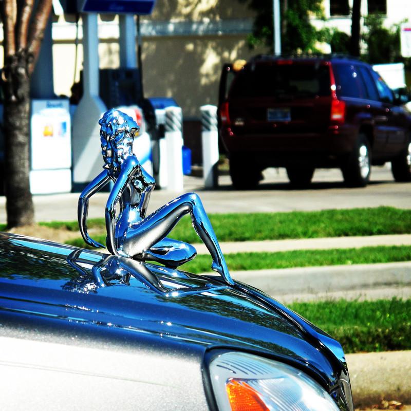 Самые популярные мотивы в фигурках на капоте — женские авто, автомобилисты, прикол, фигурки на капоте, юмор