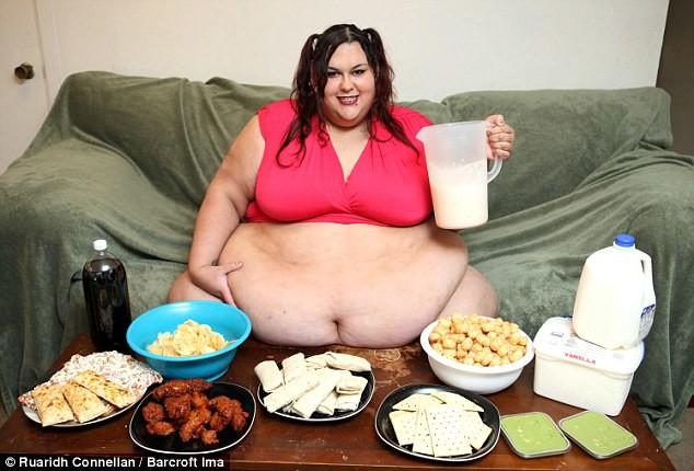 Девушка кормит говном парня