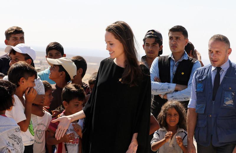 Анжелина Джоли спровоцировала скандал, навестив детей-беженцев без нижнего белья анжелина джоли, беженцы, нижнее белье