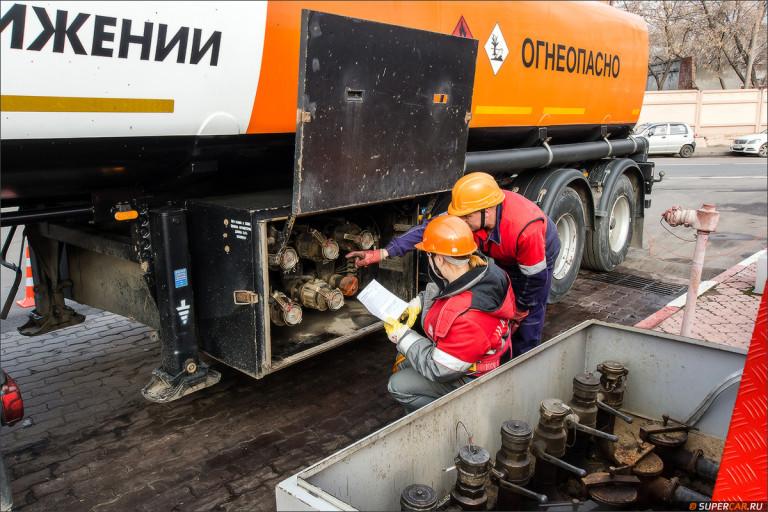 Заправка спецтехники топливозаправщиком китайская техника строительная компания