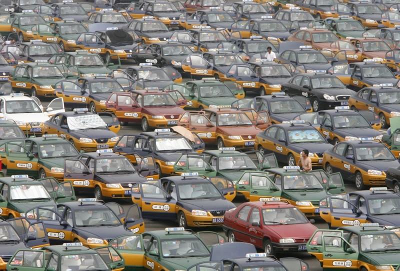 Такси выстроились на парковке в ожидании пассажиров в новом международном аэропорту Пекина. китай, люди, население