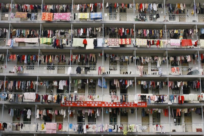 Белье, развешанное в студенческом общежитии в Ухане, провинция Хубэй. китай, люди, население