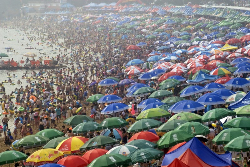 Толпы людей на пляже в Даляне, провинция Ляонин. китай, люди, население