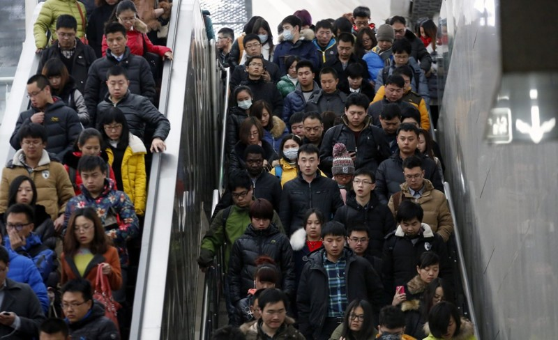 Толпа людей спускается по эскалатору и лестнице в час пик на станции метро в Пекине. китай, люди, население