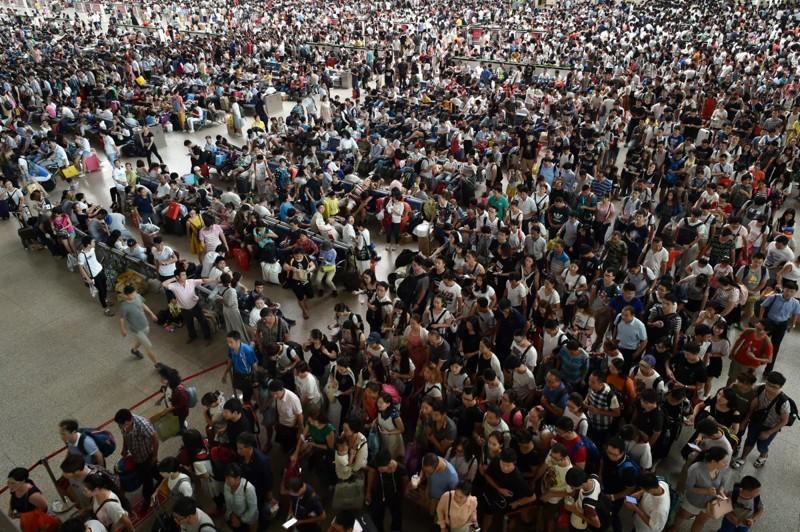 Пассажиры заполнили железнодорожную станцию в первый день китайского осеннего фестиваля в Ухане, провинция Хубэй. китай, люди, население