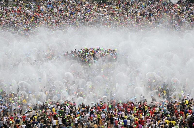 Ежегодная традиция поливания водой в честь празднования Нового года среди дайцев в Сишуанбаньна-Дайском автономном округе провинции Юньнань. китай, люди, население