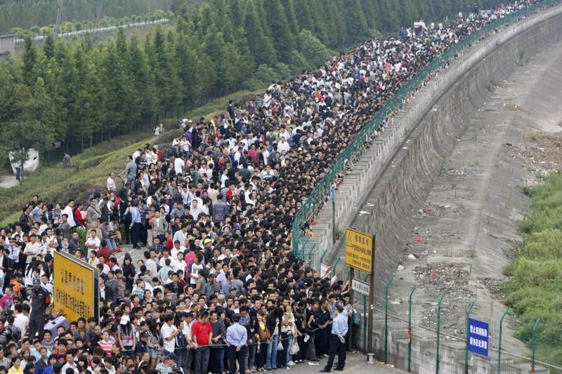 Толпы людей выстраиваются в очередь, чтобы понаблюдать за приливом на реке Фучуньцзян. китай, люди, население