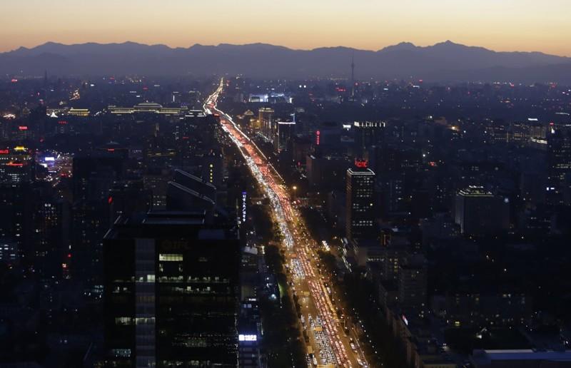 Одна из главных улиц Пекина в вечерний час пик. китай, люди, население