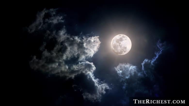 9. Луна не такая древняя, как раньше считалось луна, факт