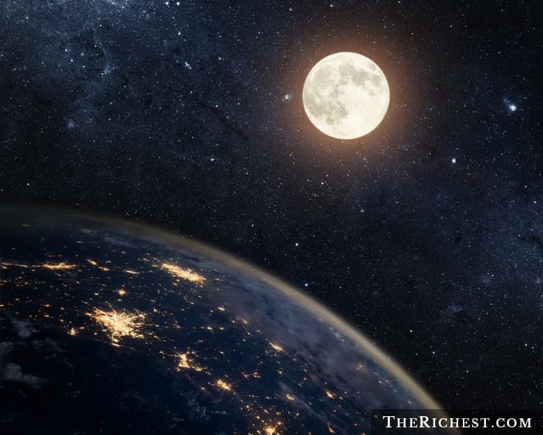 3. Большая, но не сравнится с Землей луна, факт