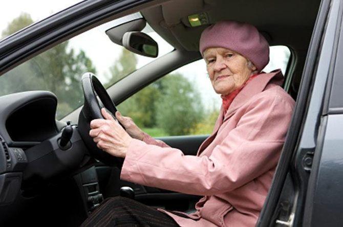 Он помог пожилой женщине поменять колесо. И только вечером понял, что произошло на самом деле добро, истории, помощь