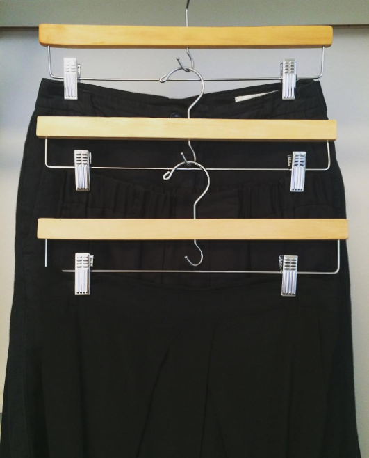 1. Чтобы сэкономить место, цепляйте вешалки друг за друга гардероб, одежда, советы, хитрости