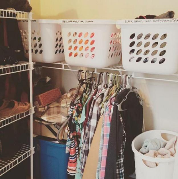 8. Подготовьте несколько корзин для белья, чтобы распределять грязную одежду по цвету еще до дня стирки гардероб, одежда, советы, хитрости