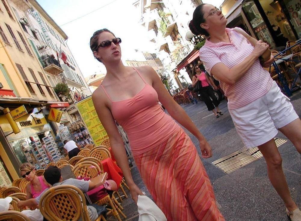 Девушки на улицах городов без лифчиков — pic 1