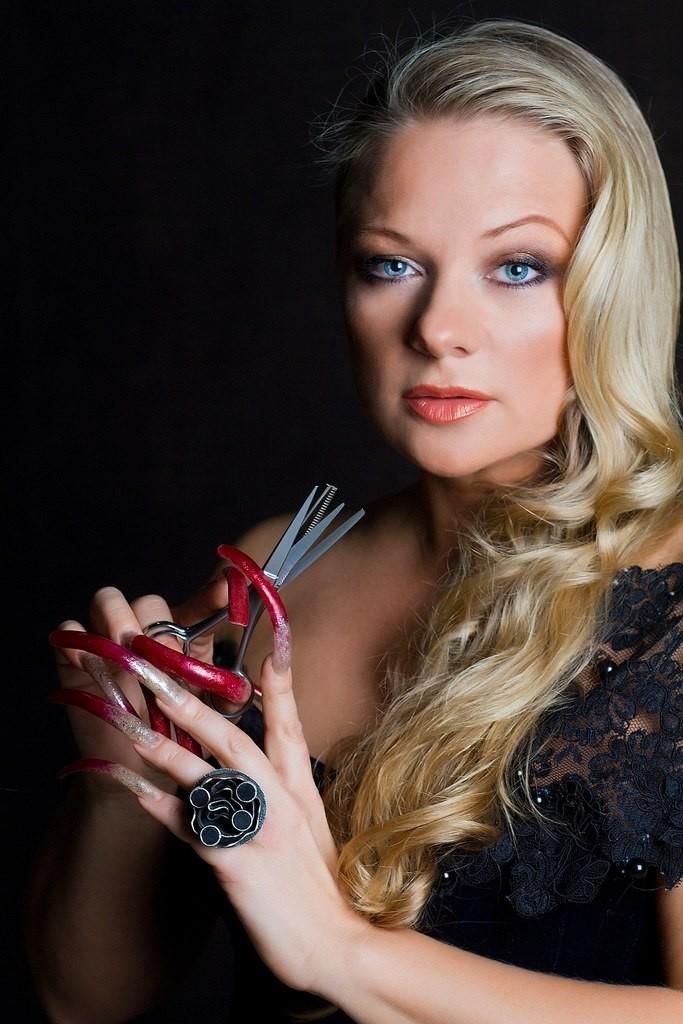 Она использует эти 14-сантиметровые ногти как парикмахерский