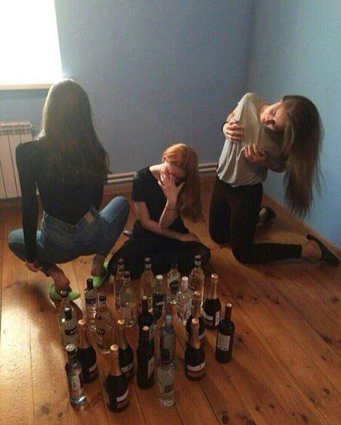 В ход идут все алкогольные запасы, которые имеются в квартире!  девушки, прикол, юмор