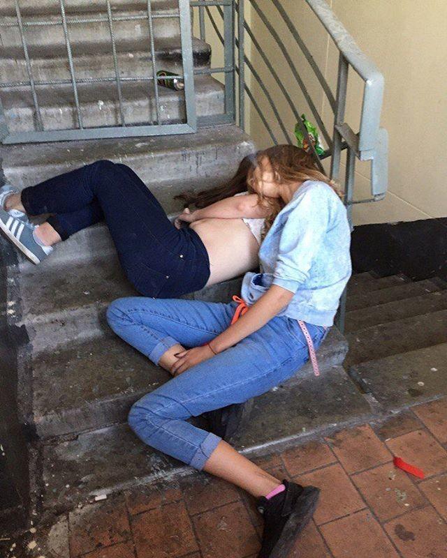 Обычно девушки просыпаются в экзотических местах и невероятных позах  девушки, прикол, юмор