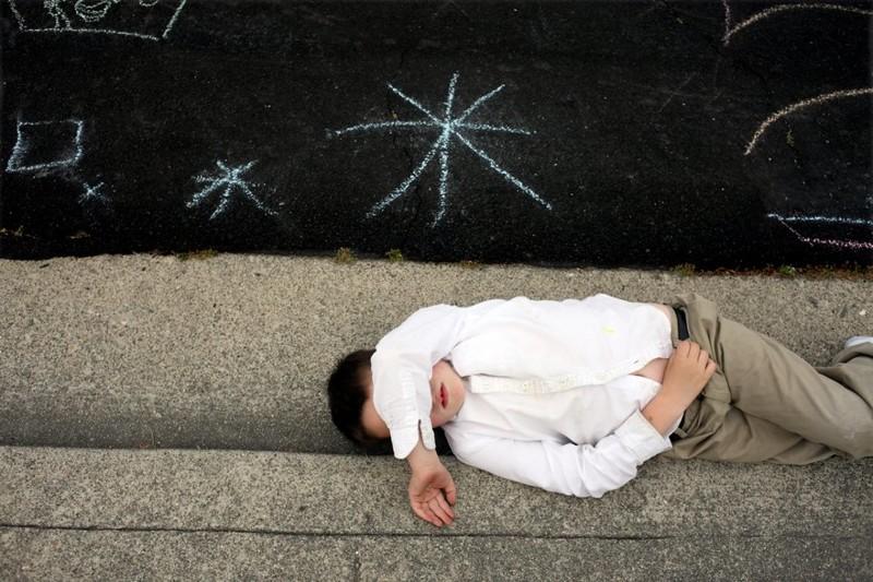 Отец-фотограф снимает  таинственный мир, в котором живет его сын-аутист аутизм, отцы и дети, фото