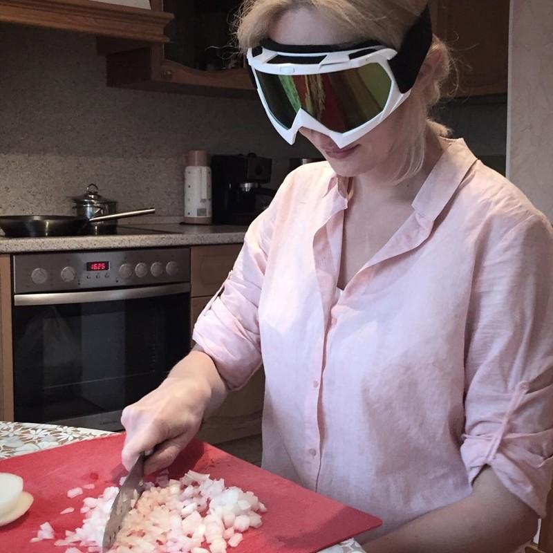 Любите готовить, но ненавидите резать лук? Проблема решена!  Лайфхак, житейские хитрости, прикол, хитрости, юмор